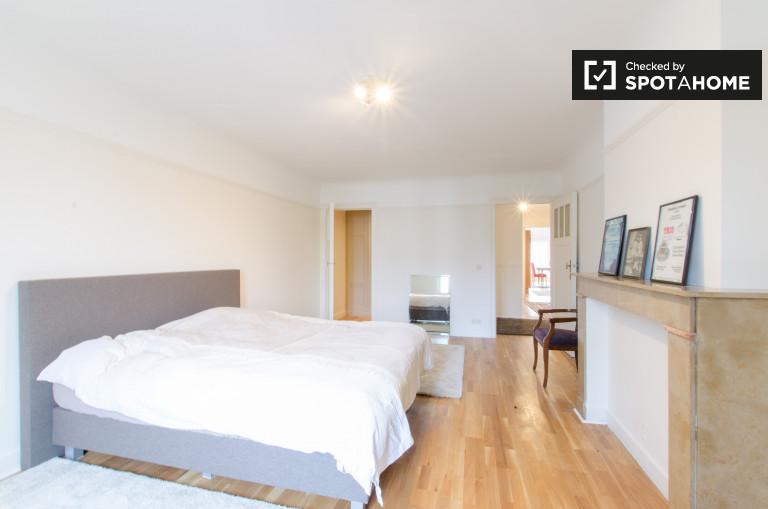 Großes Zimmer in einer 2-Zimmer-Wohnung in Saint Gilles, Brüssel