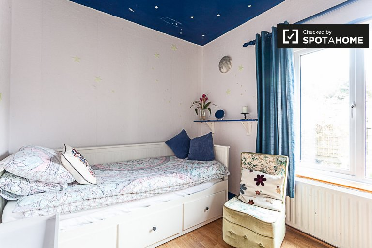 Bright room for rent in 4-bedroom house in Donabate, Dublin