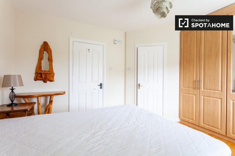 Quarto espaçoso para alugar em casas de 3 quartos em Lucan