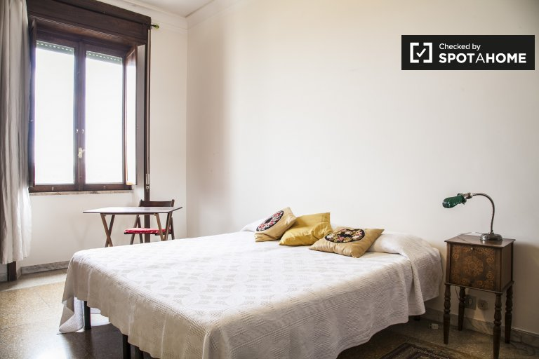 Room to rent in 2-bedroom apartment in Prati, Rome