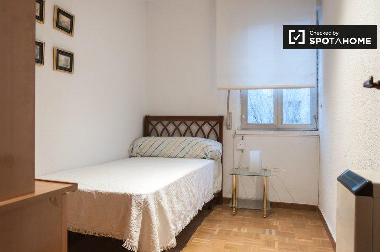 Quarto para alugar em apartamento de 3 quartos em Moratalaz, Madrid