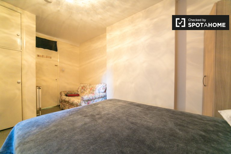 Room to rent in 2-bedroom apartment, City of Westminster