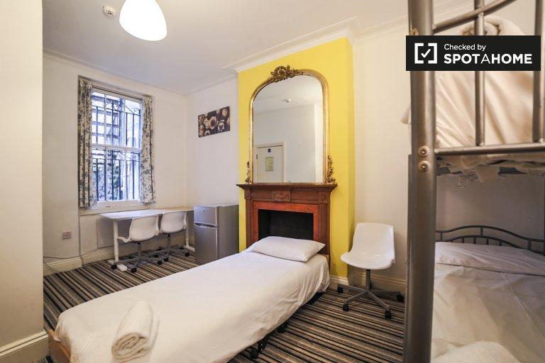 Rooms for rent in 3-bedroom apartment in Earl's Court