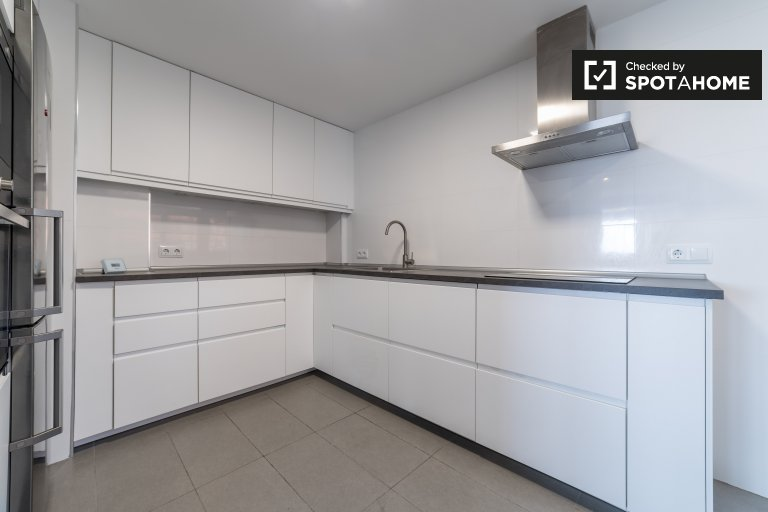 Contemporary 3-bedroom apartment for rent in El Pla del Real