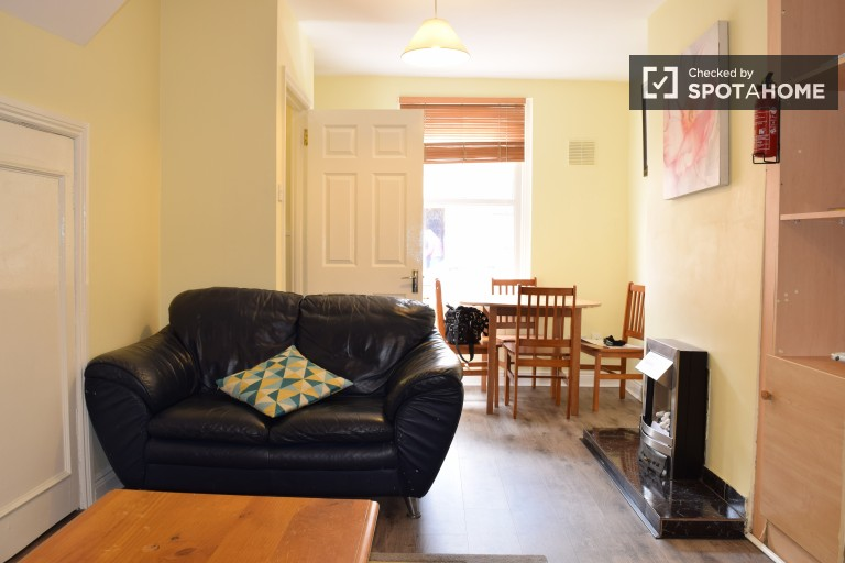 Single Bed in Rooms to rent in house with dryer in Ballsbridge area