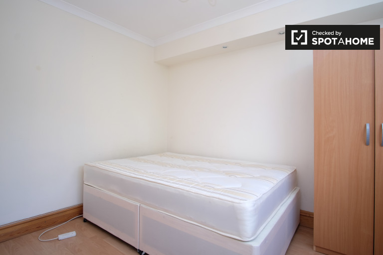 Big room in shared flat in Earls Court, London