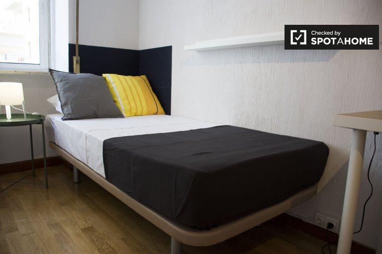 Chambre rénovée à louer dans un appartement de 6 chambres à Argüelles
