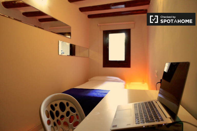 Accomodation in 4-bedroom apartment in El Raval, Barcelona