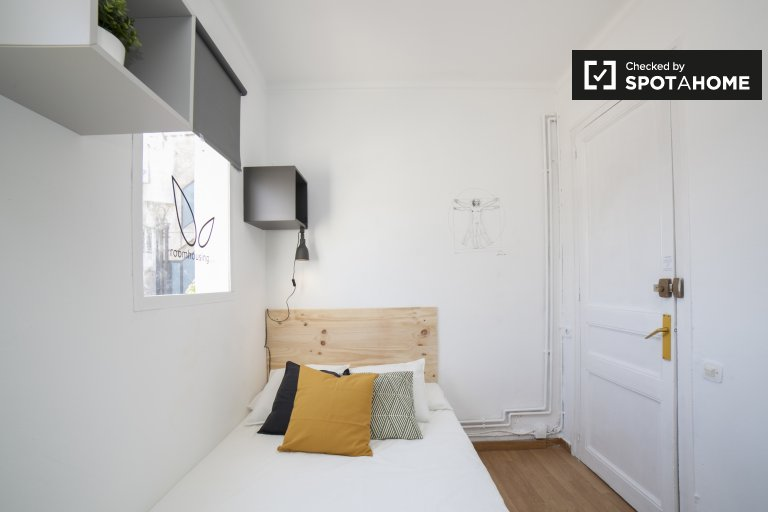 Tidy room for rent in 5-bedroom apartment in Gràcia