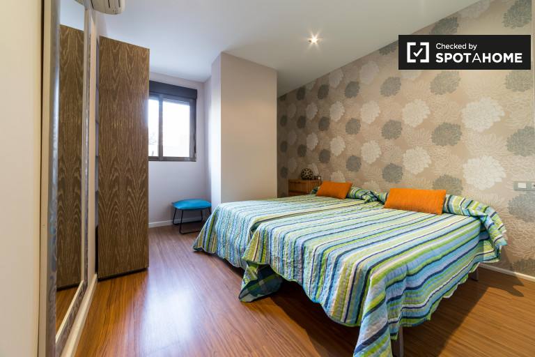 Double Bed in Rooms for rent in 3-bedroom apartment with AC in El Pla del Real