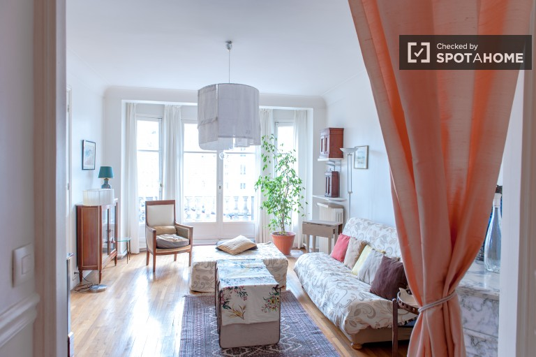 Stylish 4 Bedroom Apartment with Balcony in Reuilly, Paris