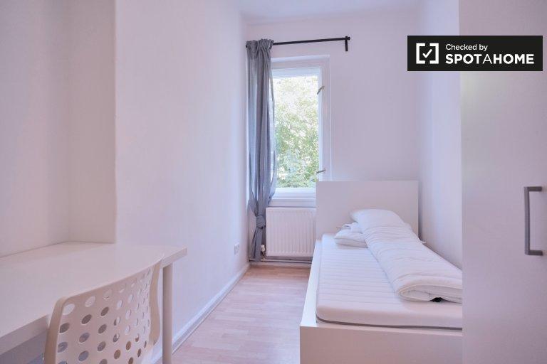 Britz'de 3 yatak odalı dairede kiralık mütevazı oda