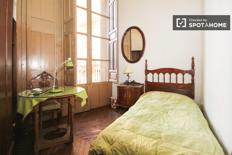 Single Bed in 5 stylish rooms to rent in Realejo in the city center
