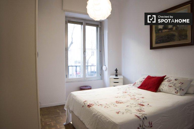 Schludny pokój do wynajęcia w mieszkaniu z 3 sypialniami w Retiro, Madryt