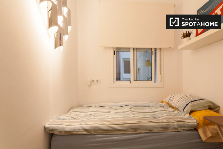 Lovely  room for rent in 4-bedroom apartment in Gràcia