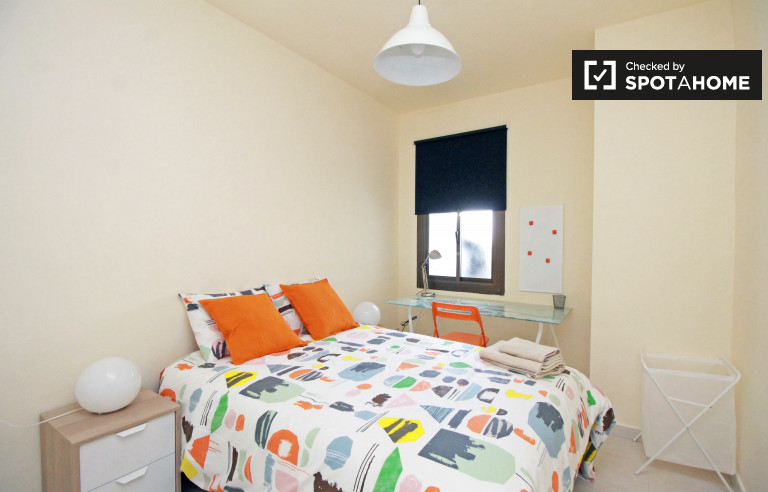 Eixample'deki ortak bir dairede geniş oda, Barselona