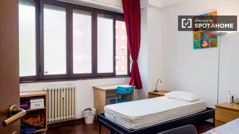 Stanza condivisa in appartamento con 2 camere da letto a Tortona, Milano