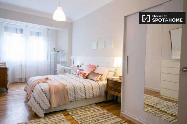 Spacious room in 4-bedroom apartment in Deusto, Bilbao