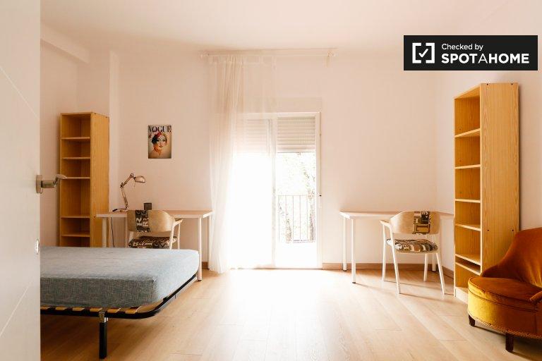 Sunny room for rent in Puerta de Toledo, Madrid