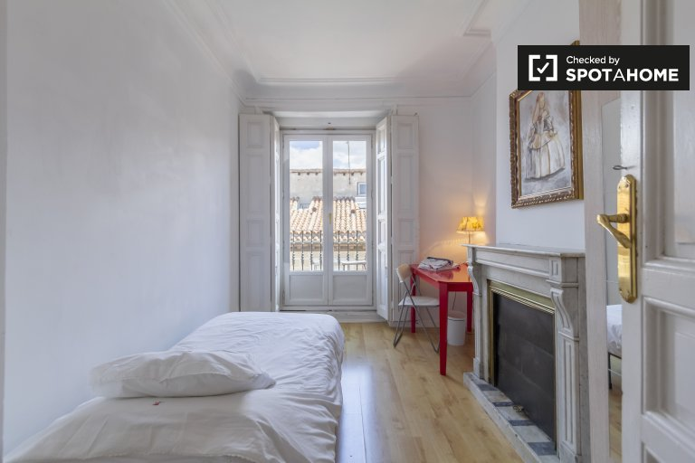 Bright room for rent in 5-bedroom apartment, Malasaña