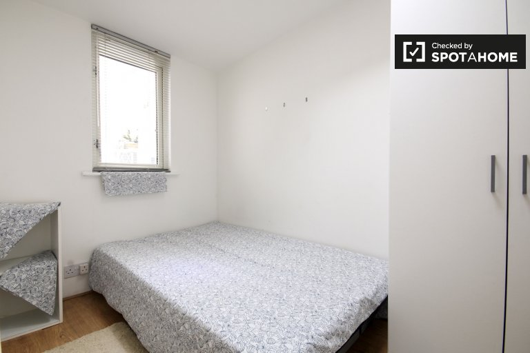 Single Bed in Room to rent in a 7-bedroom house with backyard in Newham