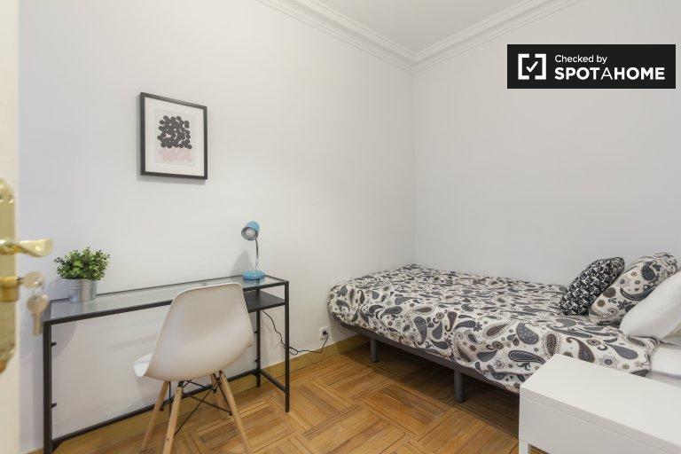 Chambre confortable à louer dans un appartement de 5 chambres à Chamartín