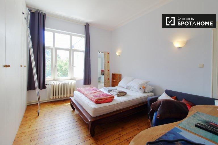 Quarto ensolarado para alugar em Uccle, em Bruxelas.
