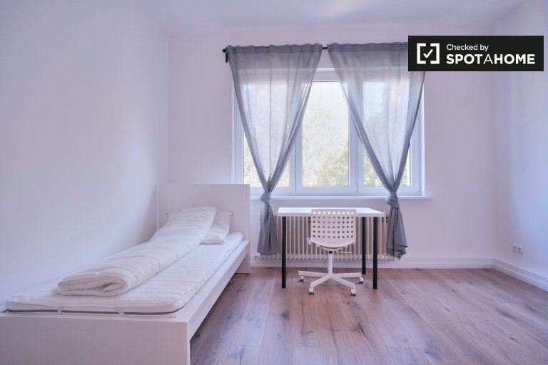 Piękny pokój do wynajęcia w apartamencie z 3 sypialniami w Neukölln