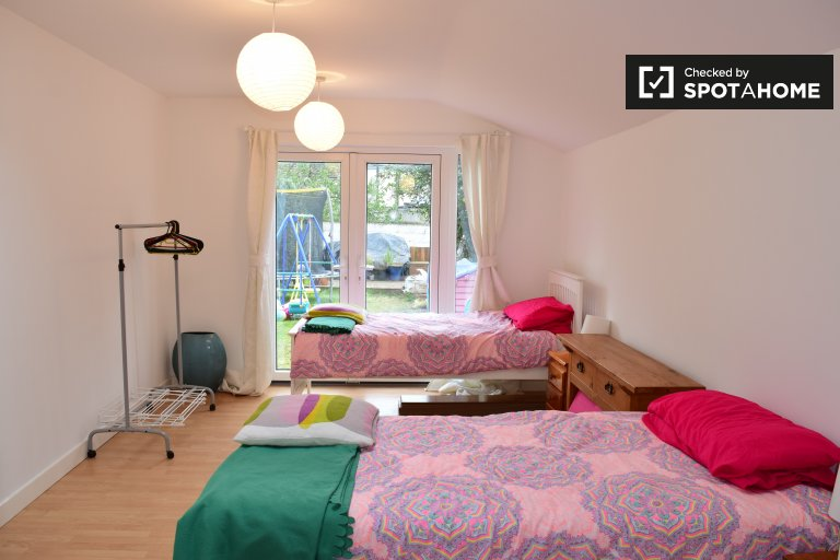 Twin Beds in Rooms to rent in spacious 5-bedroom house in the North Central Area