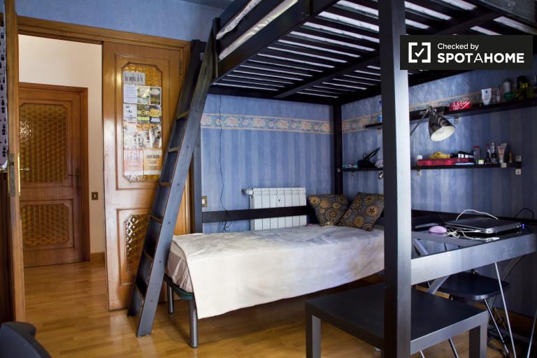 Grande chambre dans un appartement de 4 chambres à Prati, Rome