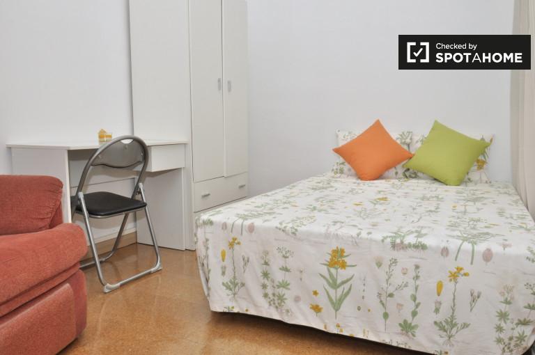 Camera accogliente in appartamento con 4 camere da letto a Gràcia, Barcellona