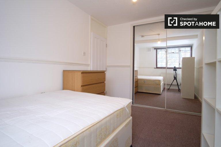 Chambre dans un appartement de 4 chambres à Tower Hamlets, Londres