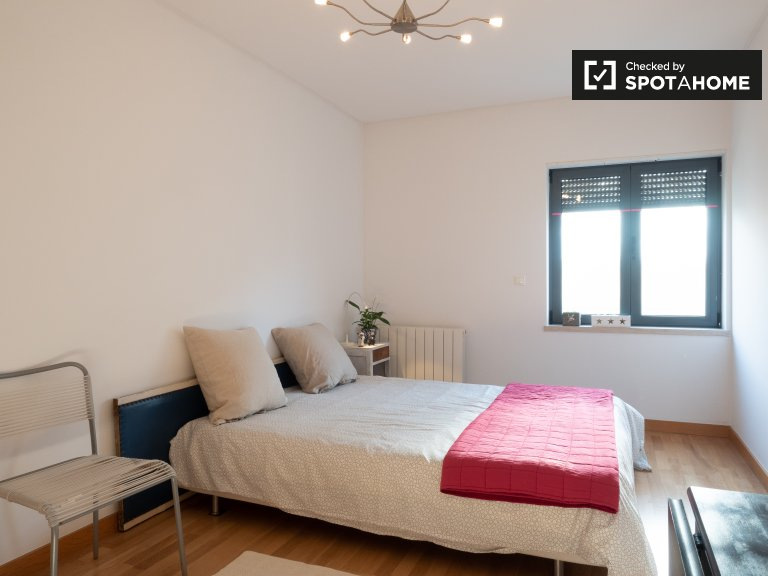 Room for rent in 3-bedroom apartment in Arroios, Lisbon