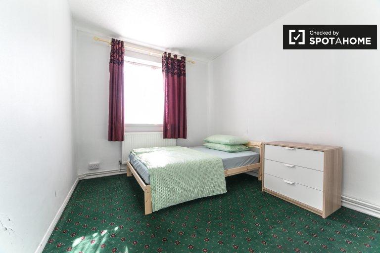 Słoneczny pokój w 5-pokojowym mieszkaniu w Tower Hamlets w Londynie