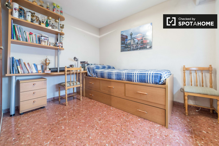 Welcoming room in 4-bedroom apartment in Patraix, Valencia