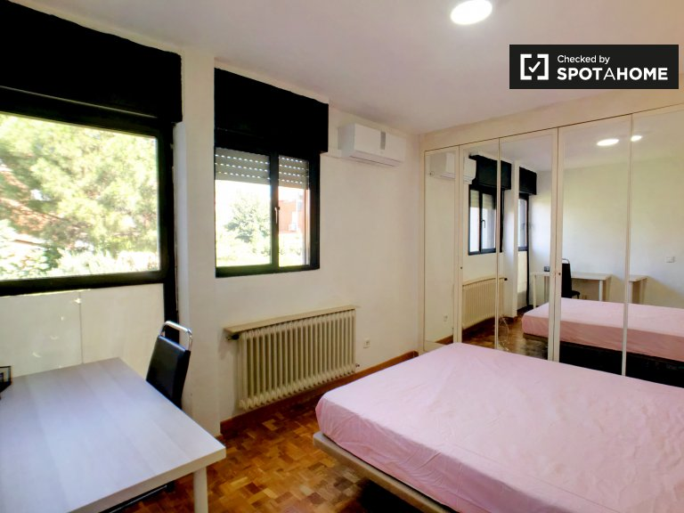 Luminosa camera in appartamento con 7 camere da letto a Getafe, Madrid