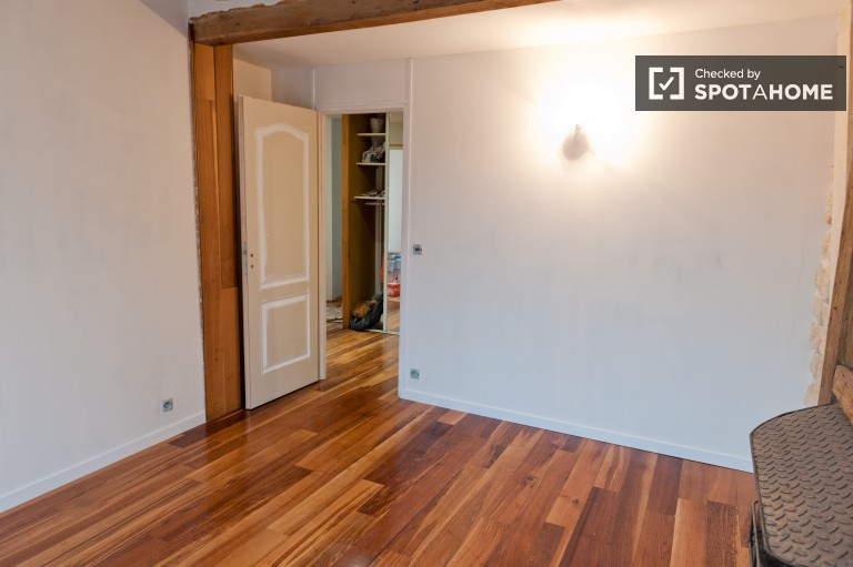 Double Bed in 7 Rooms in a Large Three Storey House in Ivry Sur Seine, Utilities Included
