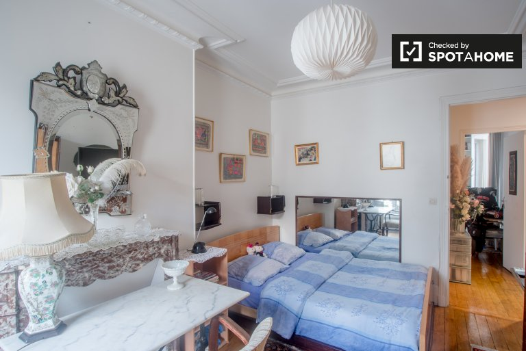 Warm room in apartment in Arrondissement 19, Paris
