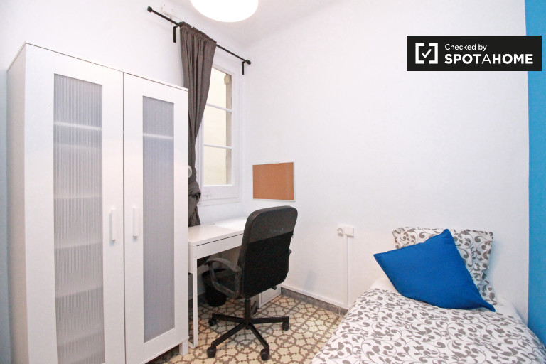 Inviting room in 4-bedroom apartment in Poble Sec, Barcelona