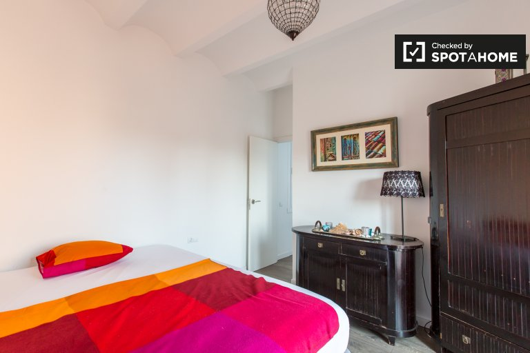 Bright room for rent in 2-bedroom apartment, Gràcia
