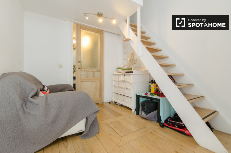 Bright studio apartment with mezzanine floor and garden for rent in Ixelles