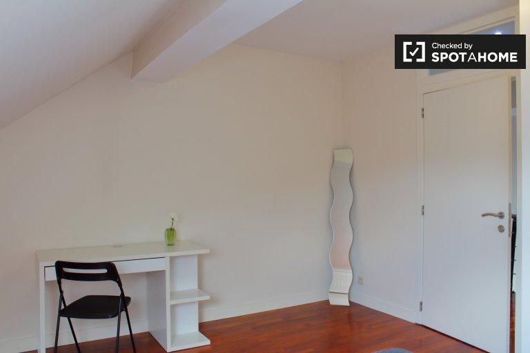 Quarto encantador para alugar em apartamento de 6 quartos em Jette