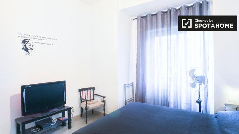 Pigneto, Roma'da 4 yatak odalı dairede kiralık oda