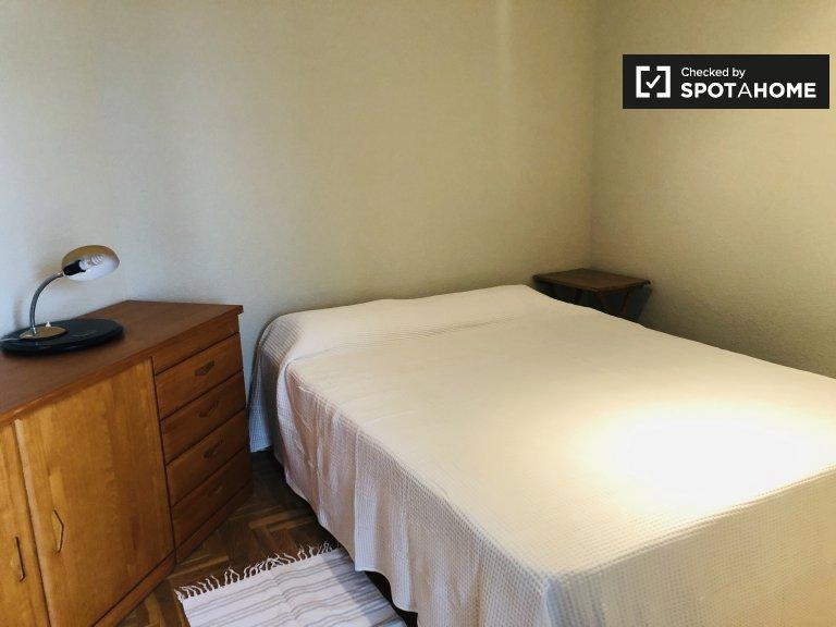 Przytulny pokój do wynajęcia w apartamencie z 3 sypialniami w Tetuán