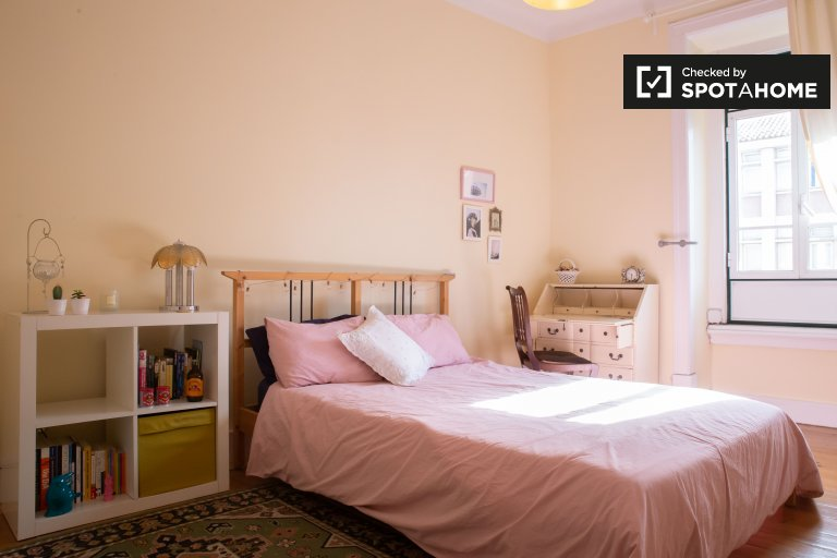 Quarto luminoso em apartamento com 2 quartos em Arroios, Lisboa