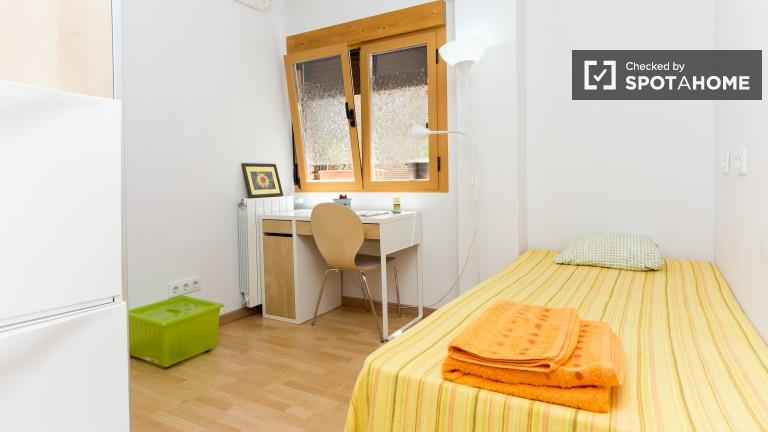 Cama individual en habitaciones en un encantador apartamento de tres habitaciones en Lavapiés