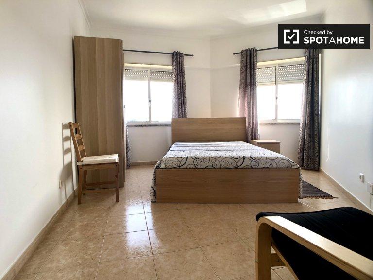Pokój do wynajęcia w apartamencie z 2 sypialniami w Parque das Nações