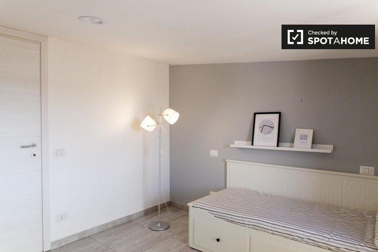 Chambre meublée dans un appartement de 2 chambres à Beledere, Rome