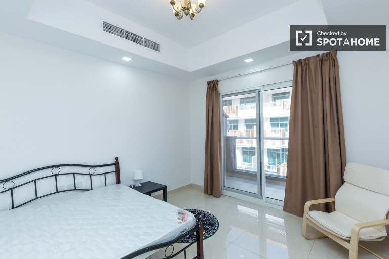 Double Bed in Rooms for rent in elegant 6-bedroom house with AC and balcony - Jumeirah Village