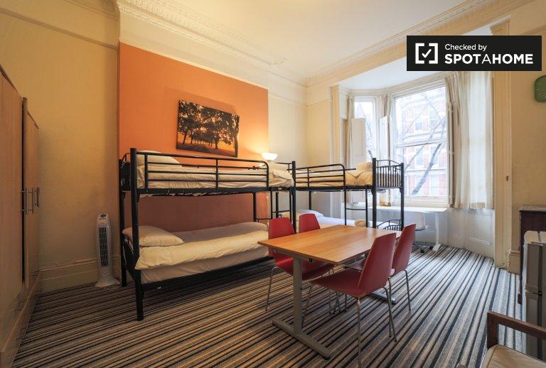 Practical room to rent in 3-bedroom apartment in Kensington